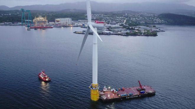 Hywind : Le 1er parc éolien flottant commercial du monde reçoit sa première éolienne