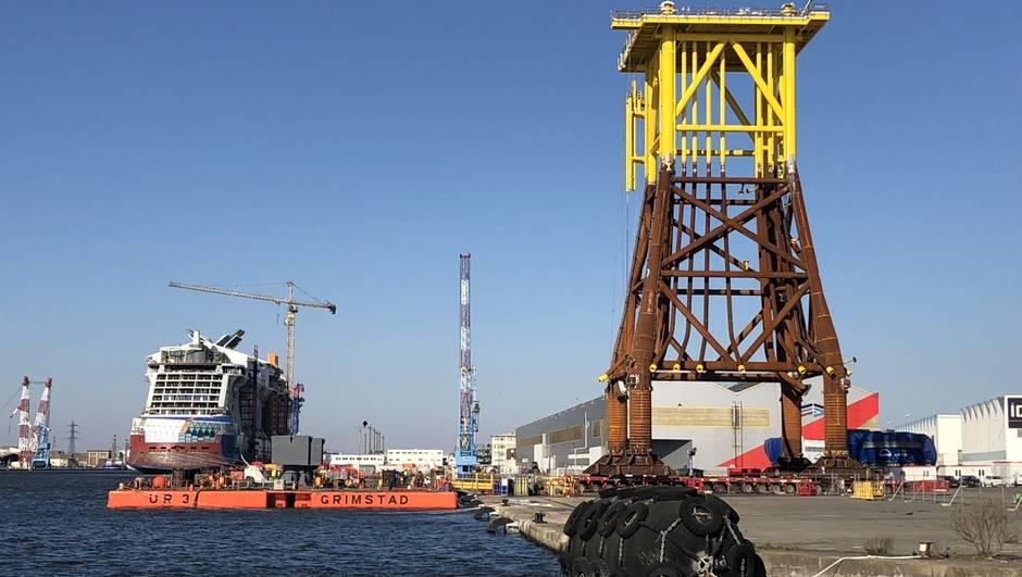 STX : Le Top Side de la sous station électrique pour ARKONA placé sur la barge